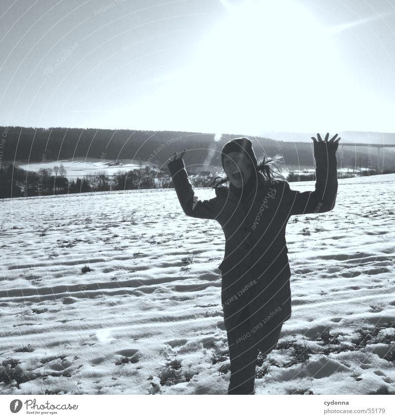 Sonnenanbeter Sonnenbad Winter Thüringen Feld Frau Aktion Mittelgebirge Ferne Panorama (Aussicht) verrückt springen schreien Himmel Beleuchtung Wärme