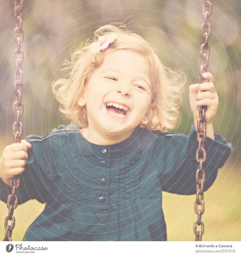 making fun things happen Mensch feminin Kind Mädchen Kindheit Leben 1 3-8 Jahre lachen Freude Freundlichkeit schaukeln Spielplatz schön niedlich Gelassenheit