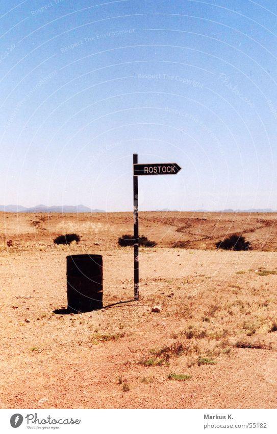 Rostock? Fass Namibia lustig seltsam heiß Physik trocken Globalisierung Wüste leer nirgendwo Schilder & Markierungen Wegweiser Vogelkolonie hansestadt Ostsee