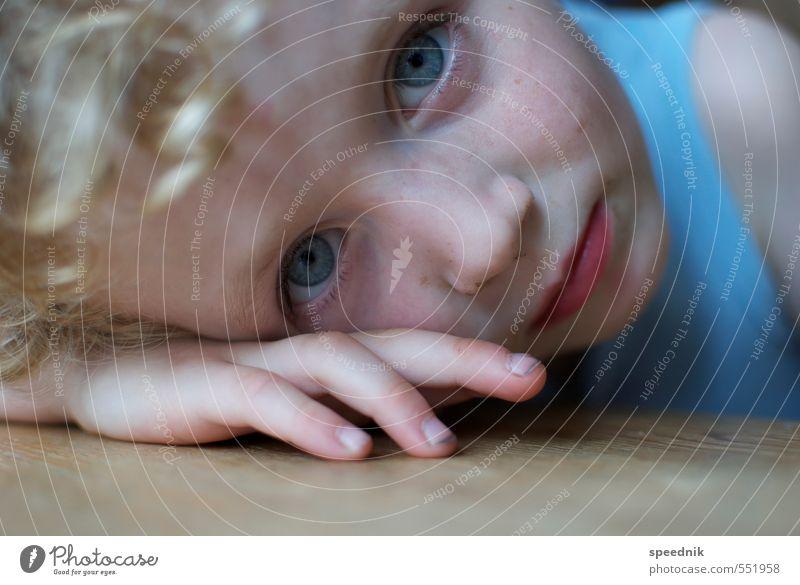 müde? Kindererziehung Kindergarten Junge Kopf Gesicht 1 Mensch 3-8 Jahre Kindheit T-Shirt blond Locken beobachten Denken Blick dreckig klein nah blau Müdigkeit