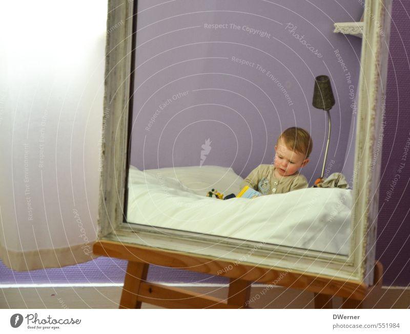 Spiegelbild Mensch Kind schön Freude Spielen klein Glück Gesundheit Freizeit & Hobby Wohnung Zufriedenheit Häusliches Leben sitzen Dekoration & Verzierung Bett violett