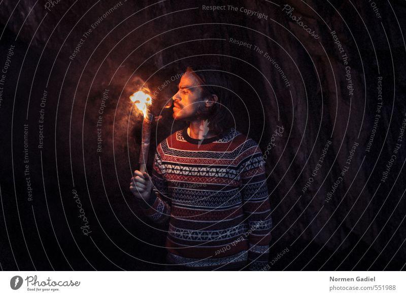Feuer Mensch Junger Mann Jugendliche Erwachsene 1 18-30 Jahre Felsen Pullover Neugier Wärme Höhle Fackel entdecken Mut Suche Licht dunkel heiß Abgas Rauch