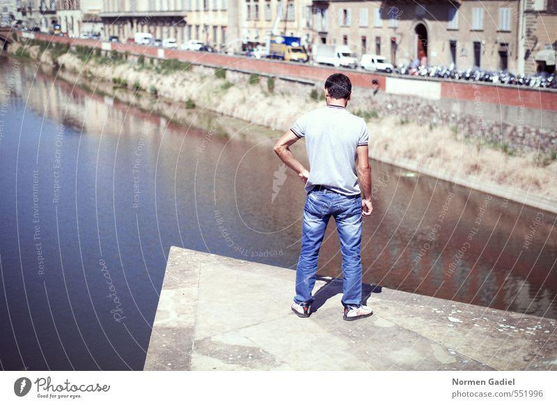 Überlegung maskulin Mann Erwachsene 1 Mensch 18-30 Jahre Jugendliche Wasser Fluss Brücke stehen Selbstbeherrschung vernünftig Hemmung Angst Höhenangst