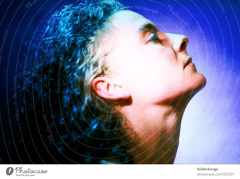 Frau in Blau Beleuchtung Licht hören Sinnesorgane blau Haare & Frisuren Ohr Hals Auge Nase