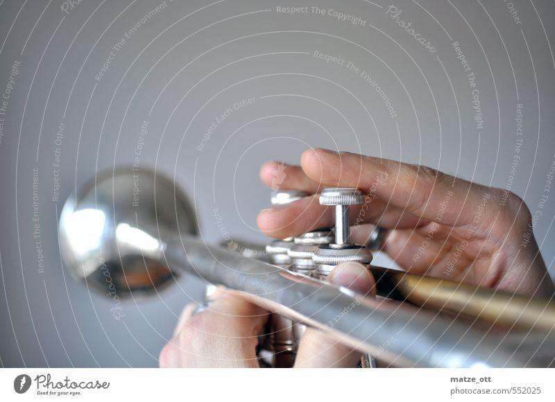 Kurzsichtiger Trompetenspieler maskulin Hand Finger berühren hören machen Musik hören Spielen glänzend Freizeit & Hobby Kultur Musikinstrument Musikunterricht