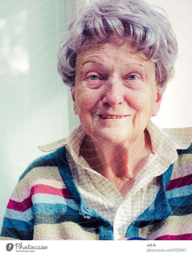 Porträt von Joanna Freude Seniorenpflege Zufriedenheit Erholung Häusliches Leben Ruhestand Mensch feminin Weiblicher Senior Frau Großmutter