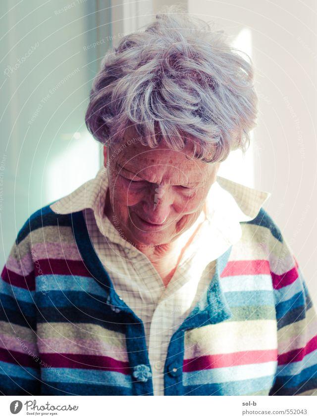 Sonnenlicht Seniorenpflege Wohlgefühl Zufriedenheit Erholung Häusliches Leben feminin Weiblicher Senior Frau Großmutter 1 Mensch 60 und älter Streifenpullover