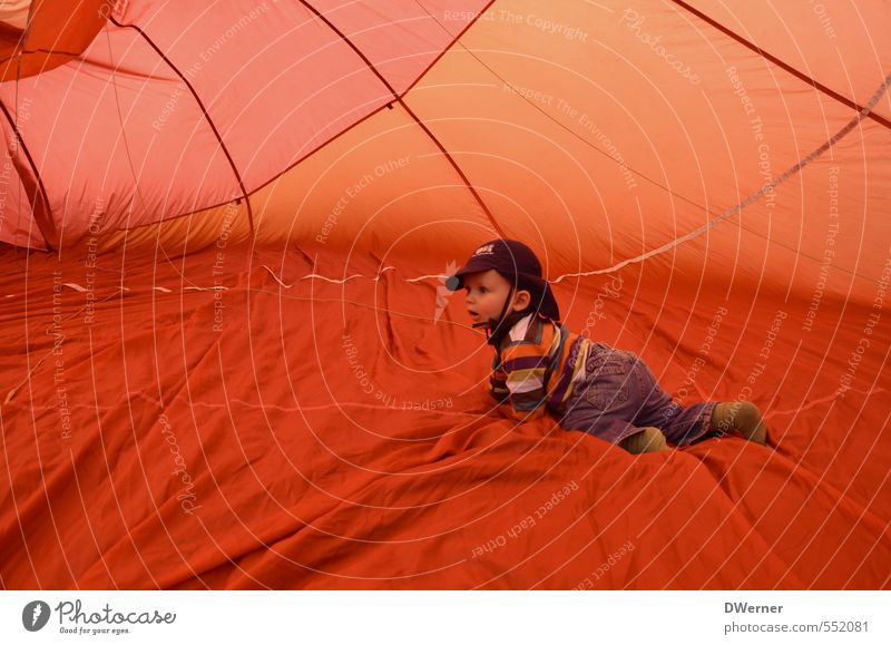 Ausflug im Heißluftballon Mensch Kind Ferien & Urlaub & Reisen Sommer rot Freude Ferne Leben Sport Bewegung Spielen Glück Gesundheit orange Körper Luftverkehr