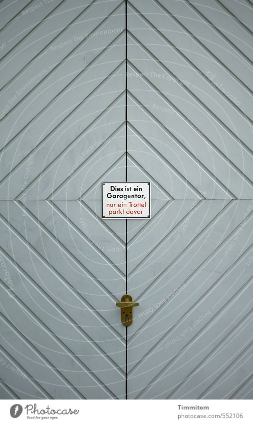 davor... dahinter.... Haus Holz Hinweisschild Warnschild Linie einfach grau rot weiß Garage Garagentor Dummkopf Beschläge Muster lackiert Farbfoto