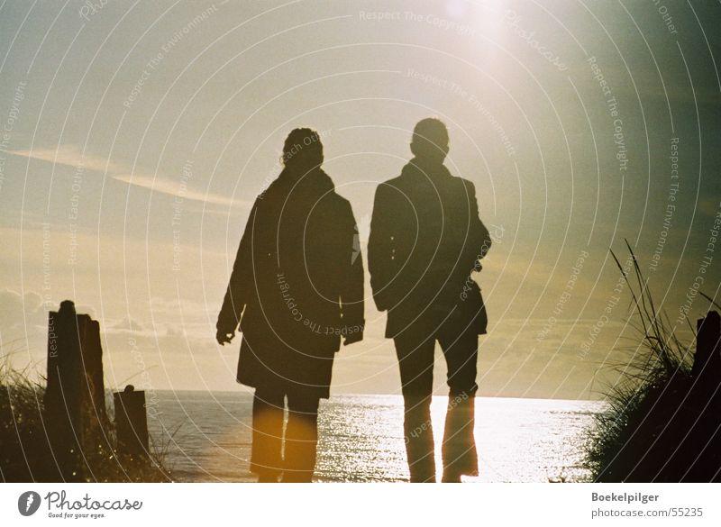 Strandspaziergang Romantik Sonnenuntergang Gegenlicht Meer Frau Zusammensein Mensch Natur Himmel Spaziergang Liebe