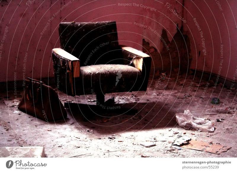 rosa. Sessel Einsamkeit Aktenkoffer Tasche kaputt verfallen Vergänglichkeit Zeit Verfall alt dreckig Schatten