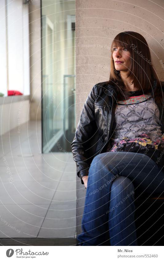Wann kommst Du ? Lifestyle feminin Frau Erwachsene 1 Mensch 18-30 Jahre Jugendliche Gebäude Mauer Wand Mode Jeanshose brünett langhaarig beobachten warten Foyer