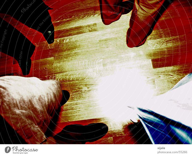 Warten auf ein Besseres? rot Holz Fuß Schuhe Beine braun warten Bodenbelag Hose Langeweile Parkett