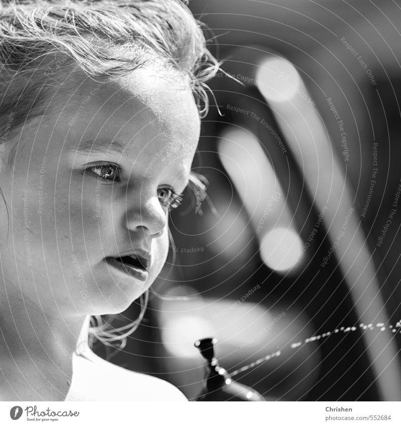 Vertieft Mensch Kind Wasser Sommer feminin Spielen Denken Kopf Familie & Verwandtschaft Kindheit authentisch Schönes Wetter nass Fröhlichkeit beobachten lernen