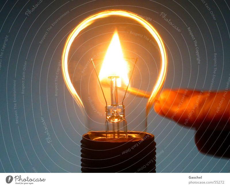 Stromausfall dunkel hell Lampe Beleuchtung Brand Feuer Energiewirtschaft heiß Glühbirne Streichholz Energiekrise Energie sparen Energiesparlampe Energiesparer