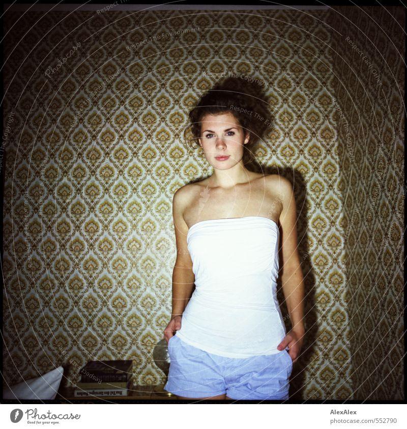 Je später der Abend, Jugendliche schön Junge Frau 18-30 Jahre Erwachsene Erotik ästhetisch Buch Kommunizieren beobachten Coolness retro einzigartig dünn