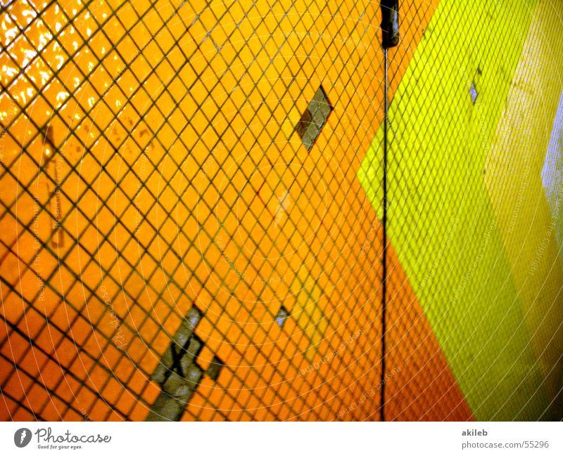Metro-Wand U-Bahn mehrfarbig grün Muster Loch kaputt Tunnel orange Pfeil Fliesen u. Kacheln Armut