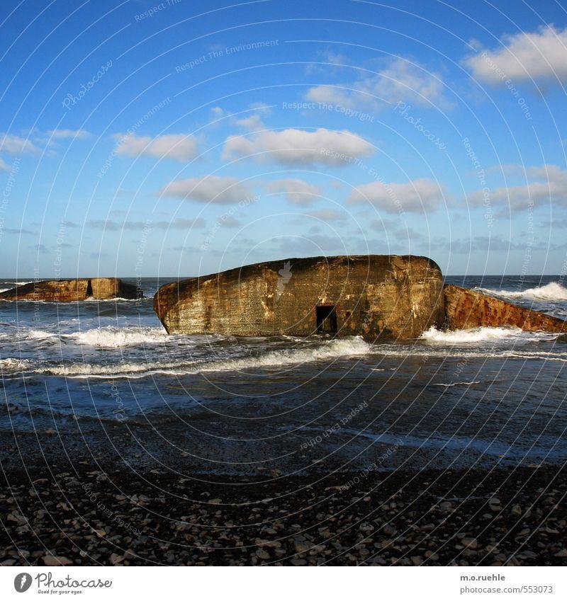 still fighting Ausflug Ferne Strand Meer Wellen Umwelt Natur Himmel Herbst Schönes Wetter Küste Nordsee Dänemark Menschenleer Bauwerk Bunker Denkmal Aggression