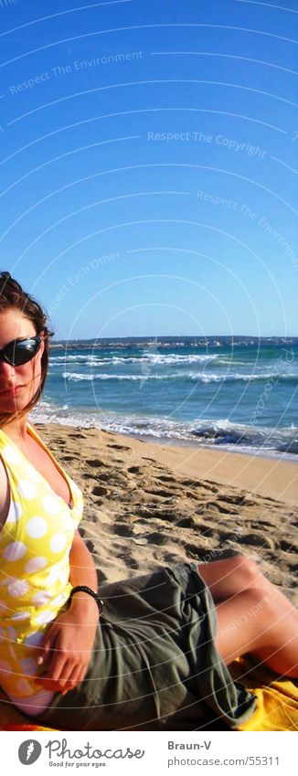 mädchen am strand Wasser Himmel Sonne Meer blau Strand gelb Sand Wellen Punkt Fleck Sonnenbrille