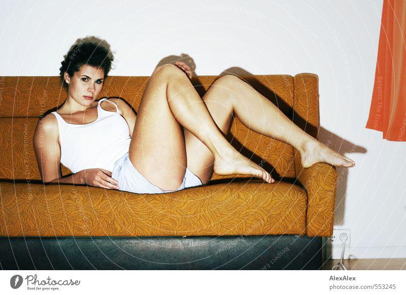 für immer Jugendliche schön Junge Frau 18-30 Jahre Gesicht Erwachsene Erotik feminin Beine liegen Raum groß ästhetisch beobachten Coolness retro
