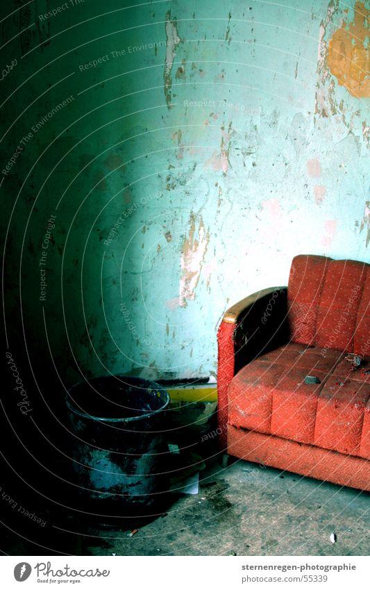 red Sofa kaputt Innenaufnahme Möbel Demontage verwüstet türkis Zerstörung Verfall Zeit alt cross
