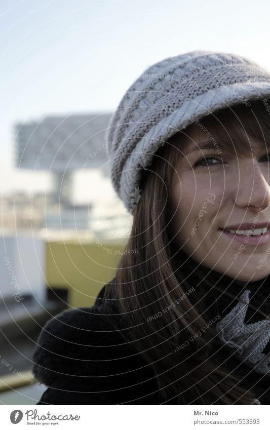 zufrieden Lifestyle feminin Junge Frau Jugendliche Gesicht 1 Mensch 18-30 Jahre Erwachsene Himmel Schönes Wetter Stadt Mütze brünett langhaarig schön Glück