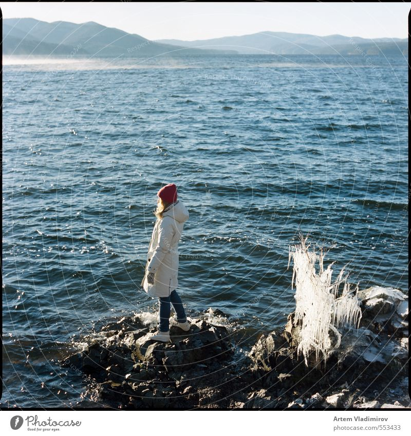 Sturm #1 Ausflug wandern feminin Junge Frau Jugendliche Mensch 18-30 Jahre Erwachsene Landschaft Wasser Himmel Herbst Wind Nebel Eis Frost Sträucher Wellen