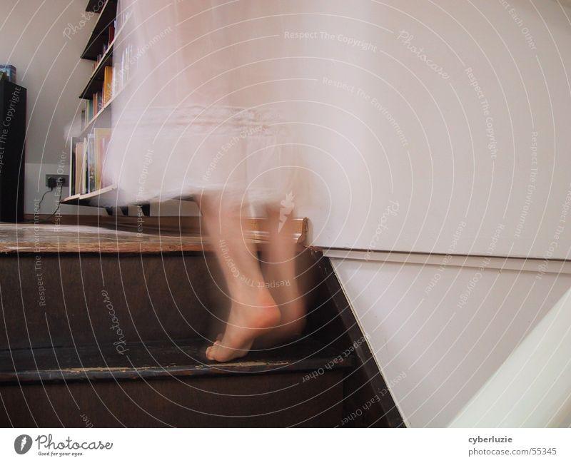 Auf leisen Pfoten Barfuß Wohnung Buch Kleid weiß Fußtritt Treppe durchsichtig schreiten