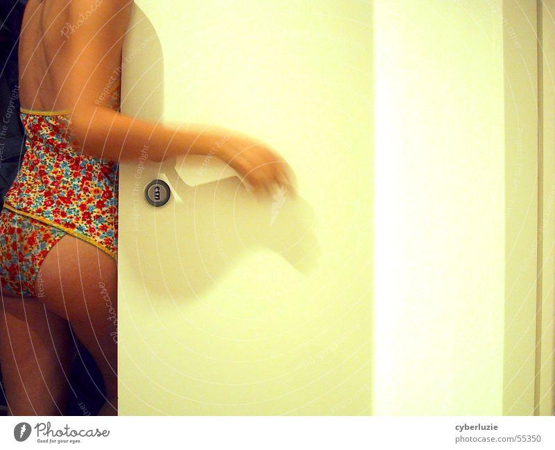 Hintertür Frau Hand weiß Blume nackt Raum Körper warten Haut Arme Tür Rücken stehen Burg oder Schloss Unterwäsche Wäsche