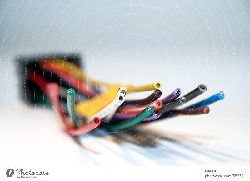 kabelsalat rot weiß gelb grün schwarz Adapter Kabelsalat Unschärfe durcheinander Tiefenschärfe blau autoradio kabelbaum kabeladapter Radio Makroaufnahme