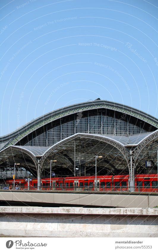 Zugfenster Himmel rot Ferien & Urlaub & Reisen Glas Eisenbahn fahren Gleise Köln Stahl Bahnhof Lagerhalle Säule Niete Träger