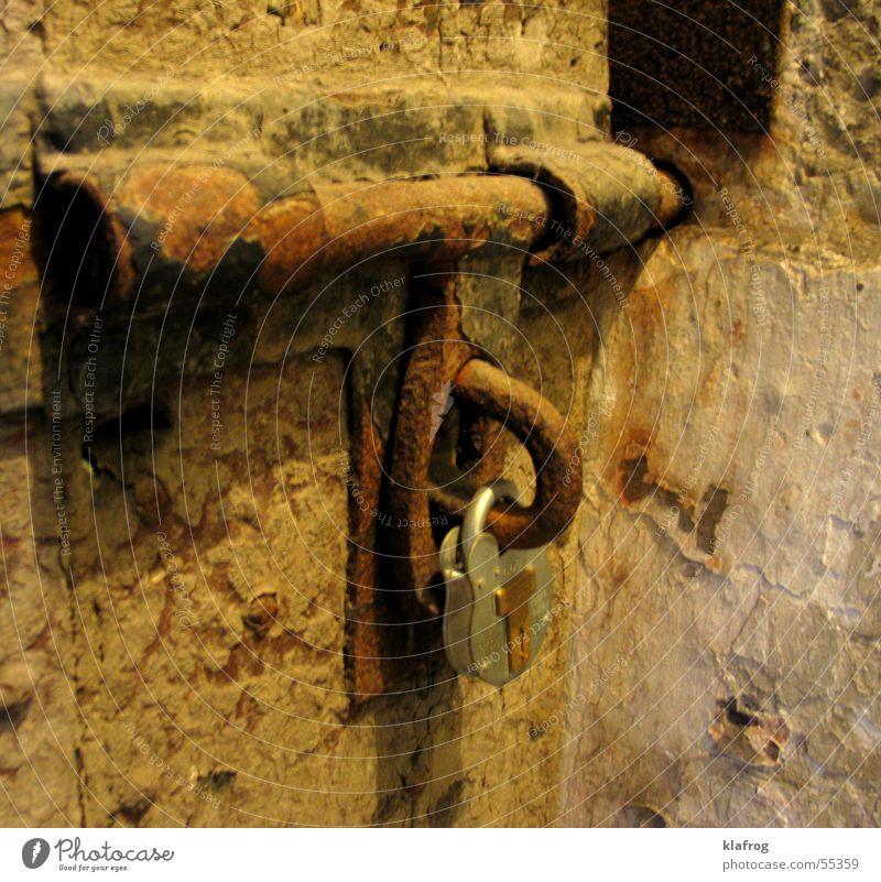 Schloss sei Dank Eisen gesperrt stoppen Schlüssel einsperren braun Rost alt geschlossen kein zutritt Justizvollzugsanstalt key no entrance jail iron old