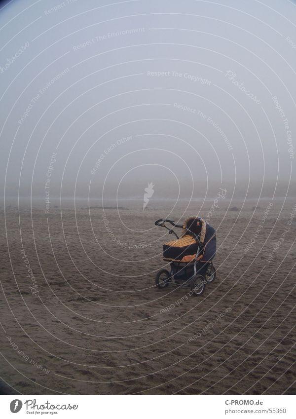 V e r g e  s   s     e     n    .     .      . Kinderwagen Nebel Baby Einsamkeit Strand mutterlos schreien ausgesetzt Angst Panik Küste gefährlich Sand geschrei