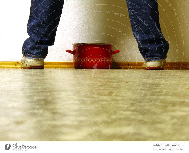 Der Topf rot Wand weiß Linoleum Turnschuh Schuhe Hose retro Tapete stehen Bodenbelag Beine Fuß Jeanshose