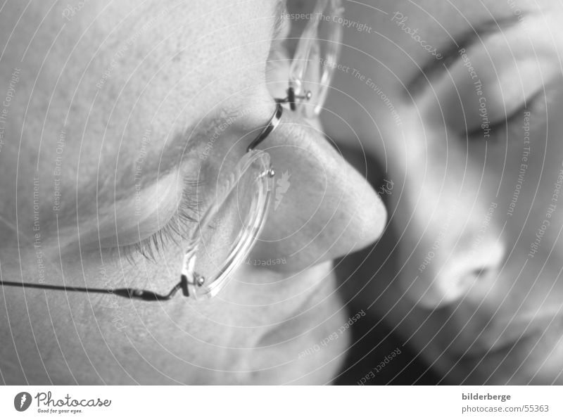 zuwenden Schwarzweißfoto Porträt schön Gesicht Erholung feminin Frau Erwachsene Mann Auge Nase Mund Brille genießen Liebe Umarmen Leidenschaft Vertrauen