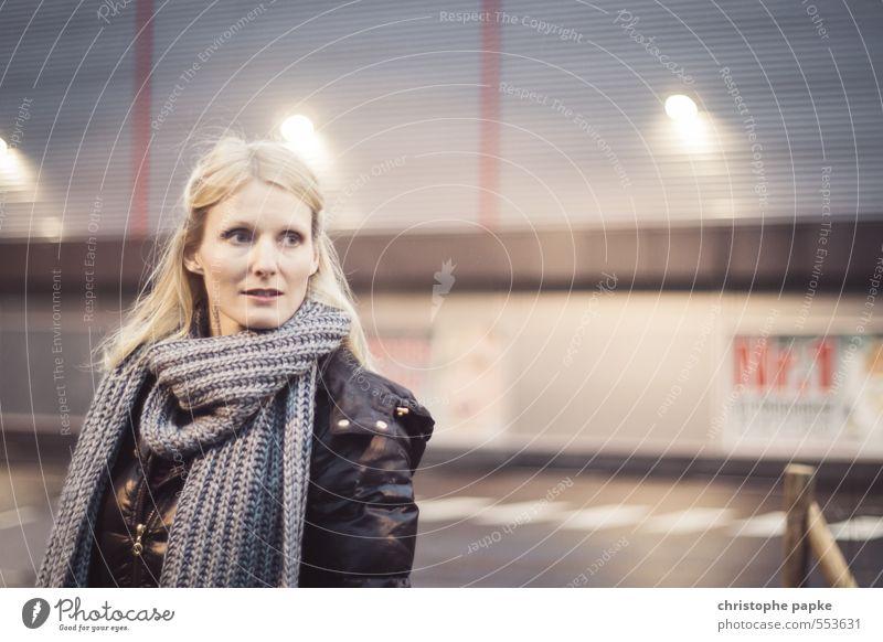 Nr. 1 Stil Frau Erwachsene Gesicht Mensch 18-30 Jahre Jugendliche 30-45 Jahre Schal blond langhaarig Blick schön kalt Unschärfe Parkplatzbeleuchtung