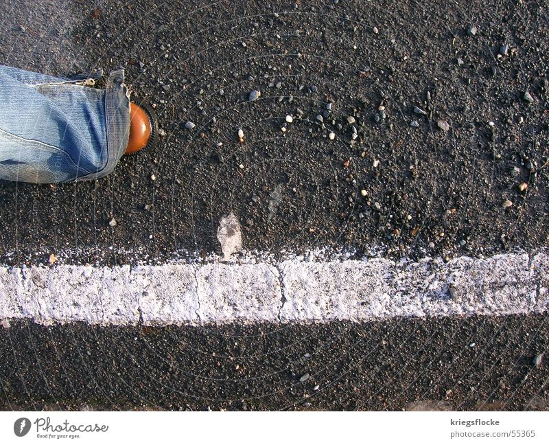 with the road Beine Straße Wege & Pfade Jeanshose Schuhe Streifen Zukunft Kieselsteine gerade schreiten Farbfoto Außenaufnahme Textfreiraum rechts