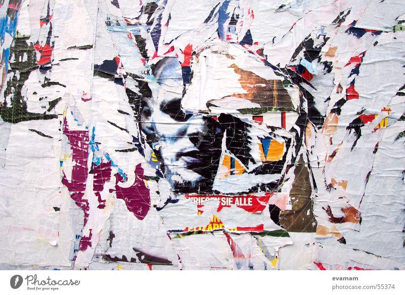Alles ist vergänglich Mensch alt weiß Wand Zeit Papier kaputt Zeichen Werbung bizarr Plakat Rest aktuell Fetzen Plakatwand