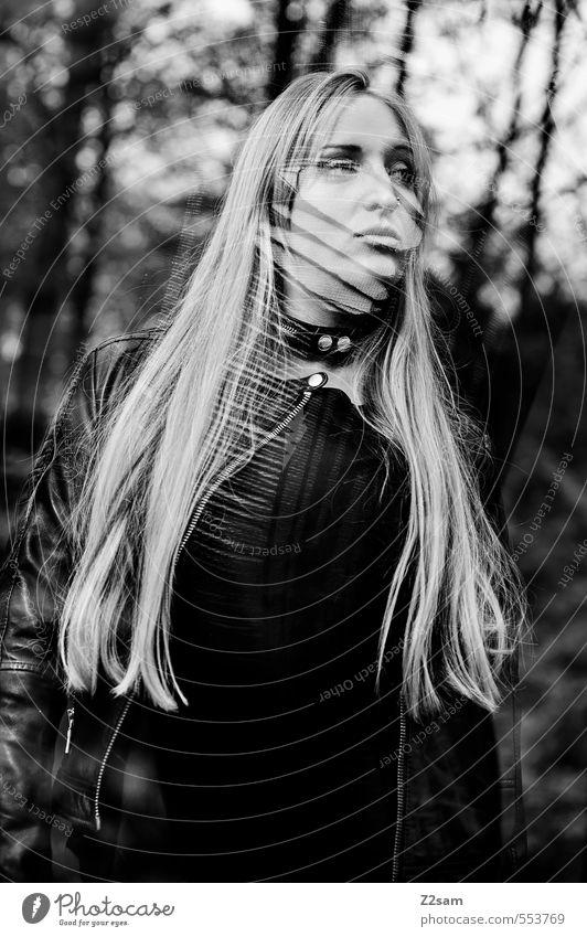 Dark Angel Jugendliche Junge Frau 18-30 Jahre Wald dunkel Erwachsene Erotik feminin Stil Mode träumen elegant blond Lifestyle Sträucher Coolness