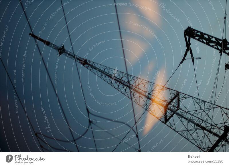 drive by dunkel Energiewirtschaft Elektrizität Strommast Leitung