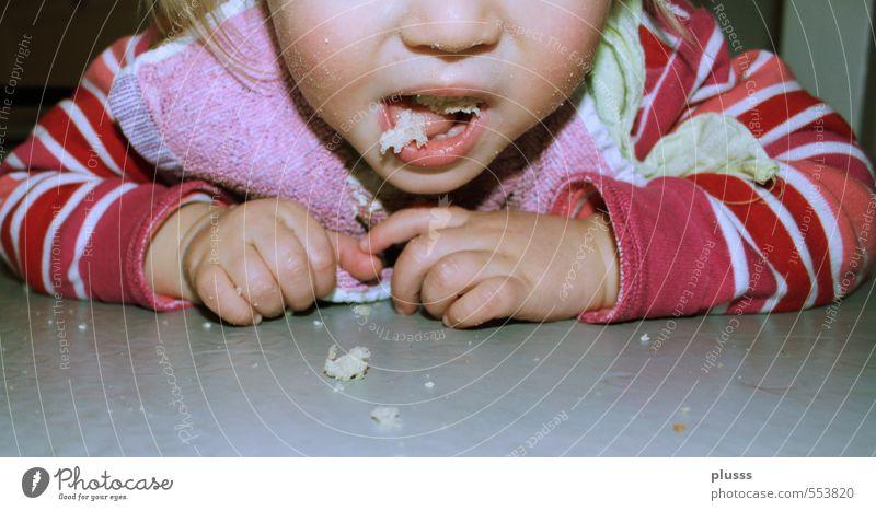 Nachspeise Mensch Kind Hand Mädchen feminin Essen Speise Arbeit & Erwerbstätigkeit Kindheit Foodfotografie Mund Bodenbelag Sauberkeit Reinigen Kleinkind Brot
