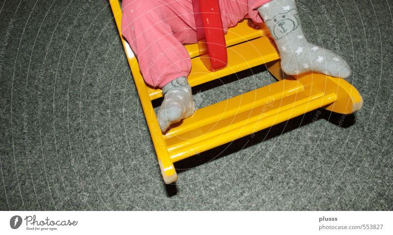 Gigampfe ... Mensch Mädchen gelb feminin Spielen Beine Fuß Kindheit Spielzeug Hose Kleinkind Kindergarten Schaukel schaukeln Weihnachtskrippe Wippe