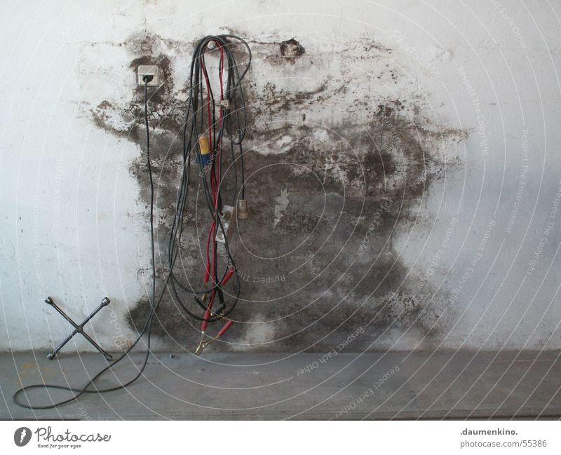 Werk Stadt weiß rot dunkel Wand Rücken Elektrizität Kabel feucht Steckdose Schimmelpilze Pilz Zusteller Halterung