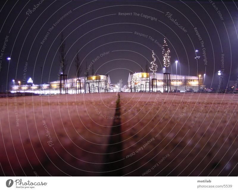 outlet Nacht Einkaufszentrum Belichtung Langzeitbelichtung store einkaufcenter Beleuchtung Perspektive
