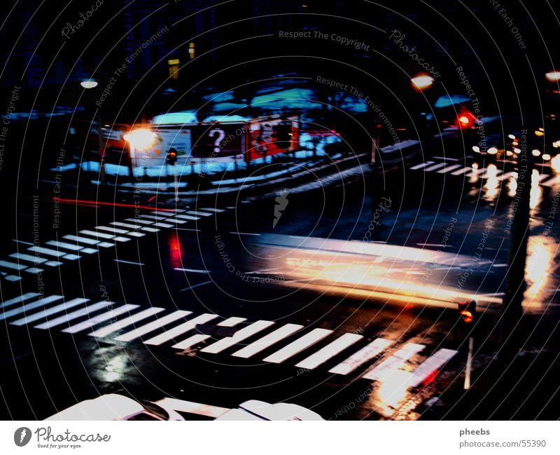 auto vs. ampel Zebrastreifen Plakatwand Ampel Geschwindigkeit Langzeitbelichtung dunkel Nacht Mischung Straße Licht PKW fahrzeuge Abend Scheinwerfer
