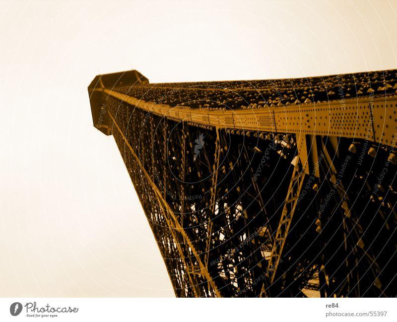Ob der Herr Eiffel da nicht was kompensieren wollte... Part II Himmel Kunst orange Ecke Turm Niveau Spitze Bauwerk Symbole & Metaphern Paris Stahl Top Frankreich Hauptstadt Kunstwerk