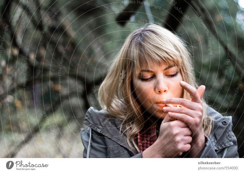 out of it Rauchen Mensch feminin Junge Frau Jugendliche Leben Kopf Hand 1 18-30 Jahre Erwachsene Feuer Herbst Wald blond Pony Coolness einzigartig natürlich