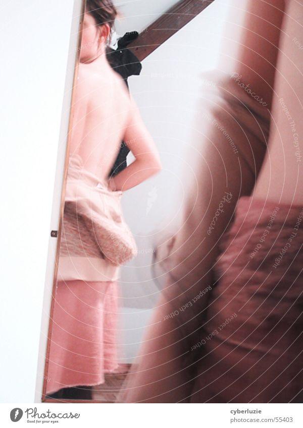 Spieglein, Spieglein Frau weiß Wand Holz Rücken rosa Haut Spiegel Drehung Gelenk