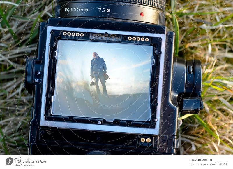 bodenständig   Kamera-Mann Mensch Himmel Natur Landschaft Freude Ferne Erwachsene Umwelt Wiese außergewöhnlich Freiheit maskulin Zufriedenheit Feld