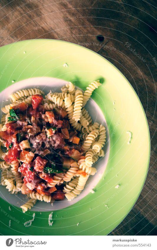 vegetarisches Nudelgericht Lebensmittel Gemüse Salat Salatbeilage Teigwaren Backwaren Kräuter & Gewürze Öl Nudeln Pasta Spiralnudel Parmesan Tomatensauce
